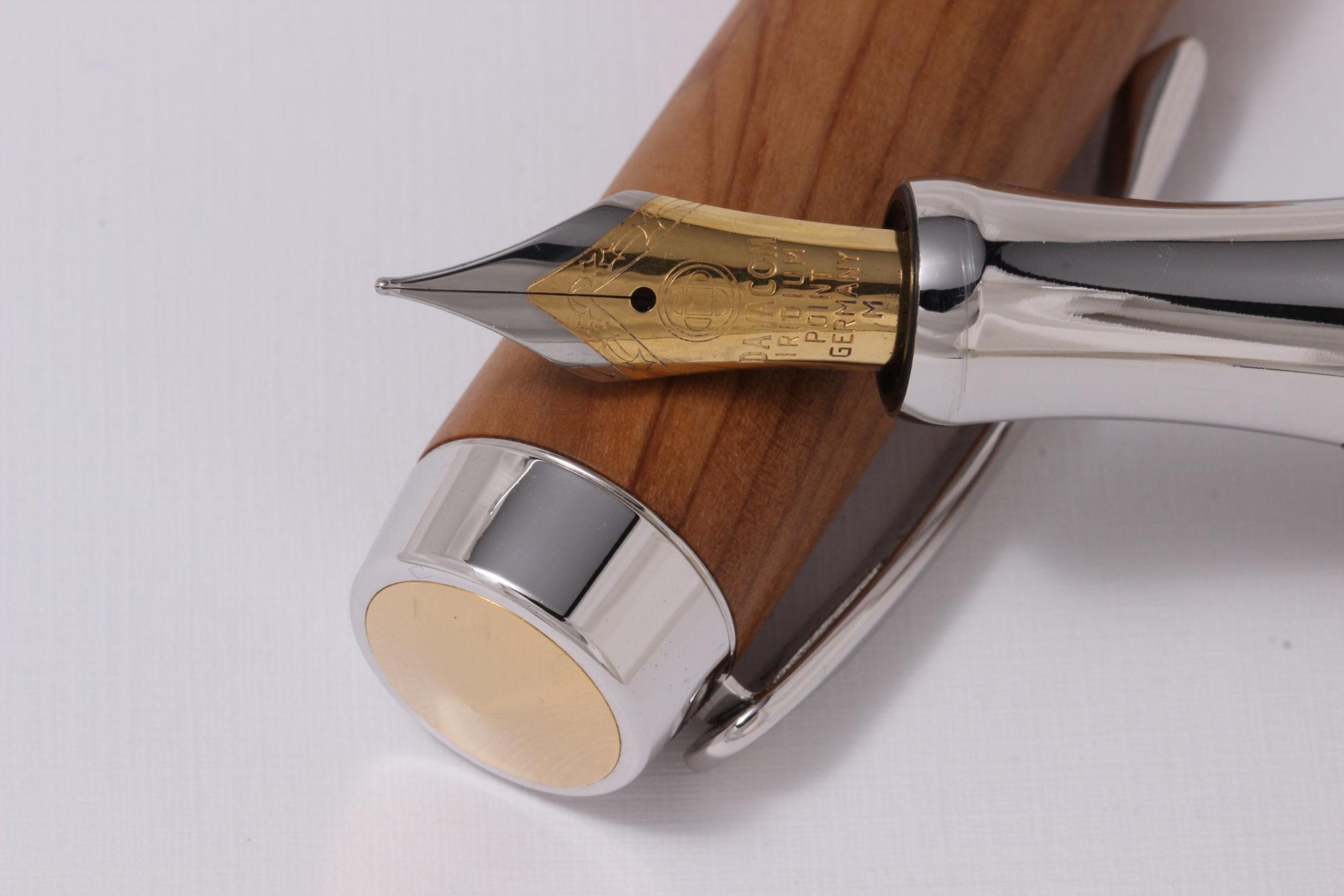 """Dieser Stift wurde handgemacht aus Olivenholz. Das Modell heißt """"Stade""""."""