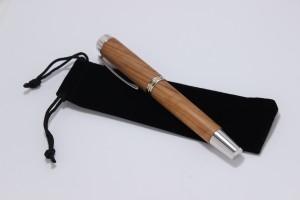 Die Samthüle ist in edlem schwarz gehalten und eignet sich hervoragend als Verpackung für ein Geschenk.